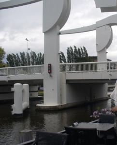 Jembatan di Samping Hotel