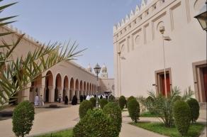 Halaman Masjid Bir Ali (Sumber: https://travel.detik.com/read/2012/07/27/080900/1976211/1383/bir-ali-masjid-paling-anggun-di-madinah)