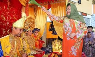 Pengantin di Negeri Sembilan (sumber gambar http://www.utusan.com.my/berita/wilayah/kompleks-jkkn-johor-dibina-dalam-rmk-11-1.89115)