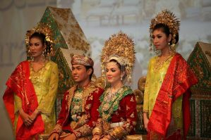 Pengantin Minang di Indonesia (sumber gambar http://mahligai-indonesia.com/pernikahan-nusantara/prosesi-adat/prosesi-adat-pernikahan-minangkabau-sumatera-barat-999)